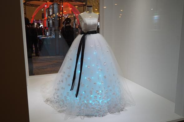 披露宴にいかが?感情を分析して、ドレスの色が変わる?