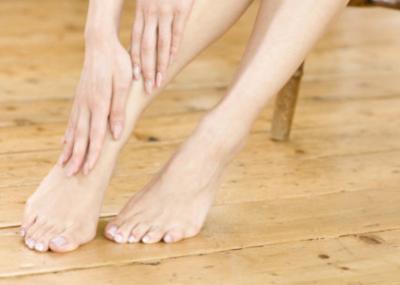 足の甲にワセリンを塗る女性